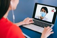 Medico incontra giovane paziente tramite telemedicina