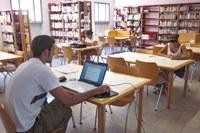 Biblioteca, libri, computer, studente