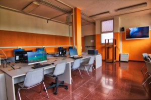 """Scuola media """"Bagnoli"""" di San Pietro in Casale, riqualificata con mutui Bei - interno aula pc"""
