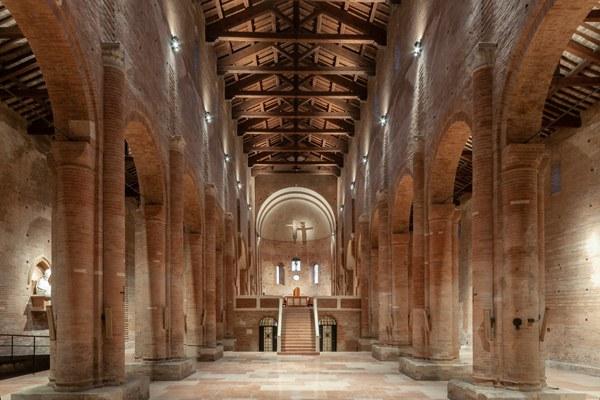 Abbazia di Nonantola interno altare