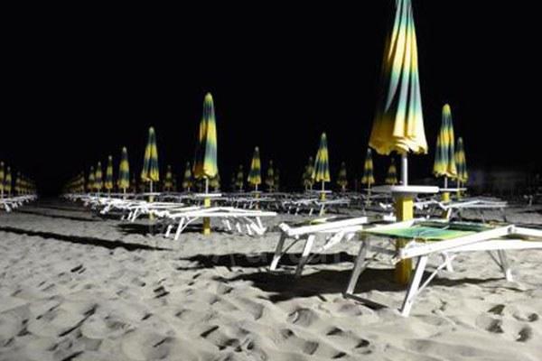Spiaggia illuminata, spiaggia, lettini, mare