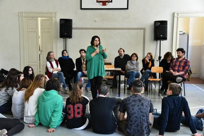 Gli studenti del Romagnosi e alcuni attori del Teatro dell'Argine insieme a Elena Buccoliero