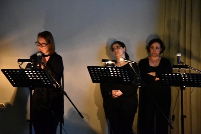 Alcuni attori del Teatro dell'Argine durante la lettura teatrale