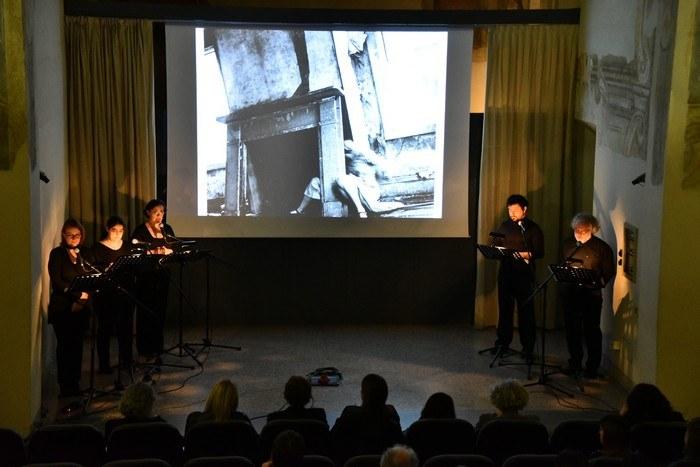 Il palco con gli attori del Teatro dell'Argine e la selezione di immagini