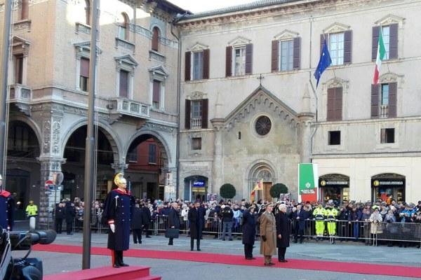Mattarella rende onore al Tricolore