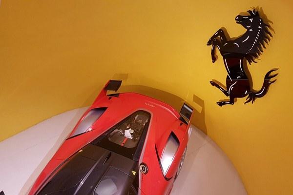 Ferrari e simbolo cavallino
