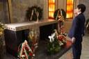 L'omaggio al sacrario delle vittime
