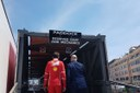 Il presidente Bonaccini all'ingresso del motorhome Ferrari