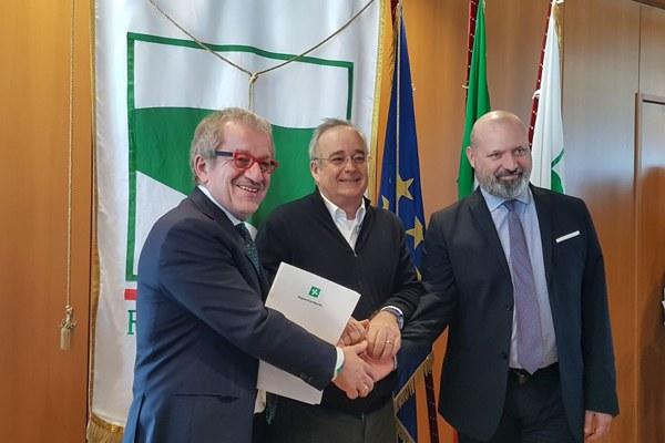 La stretta di mano tra i presidenti Bonaccini e Maroni e il sottosegretario Bressa