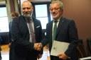Stretta di mano tra i presidenti Bonaccini e Maroni