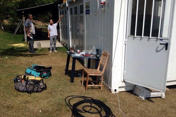 31 agosto 2016, gli elettricisti preparano i collegamenti per il modulo lavanderia