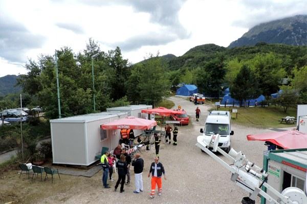6 settembre 2016, funzionari e volontari di Protezione civile al campo di Balzo