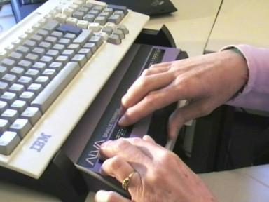 lettura con display braille posizionato sotto la tastiera del pc