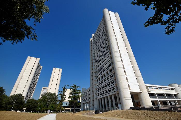 Nella foto la terza torre del complesso di viale Aldo Moro. Foto di Bruno Valeriani, archivio Agenzia informazione e ufficio stampa Giunta Regione Emilia-Romagna